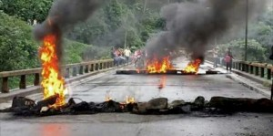 Burning tires is one of the many forms of protests that Hondurans have utilized to express their opinions. Photo Credit: Alejandro Reyes